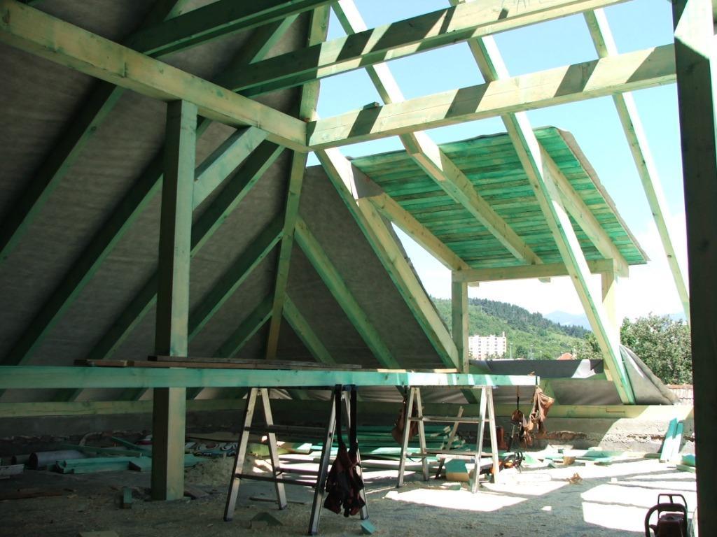 Dom so žltými dverami - nová strecha v procese výstavby