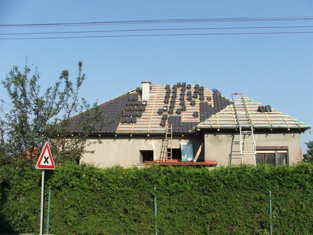 Dom so žltými dverami - strechári sa činia