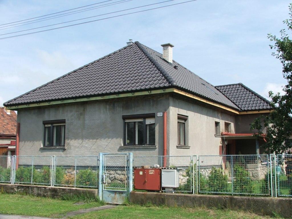 Dom so žltými dverami - nová strecha ešte bez odkvapov