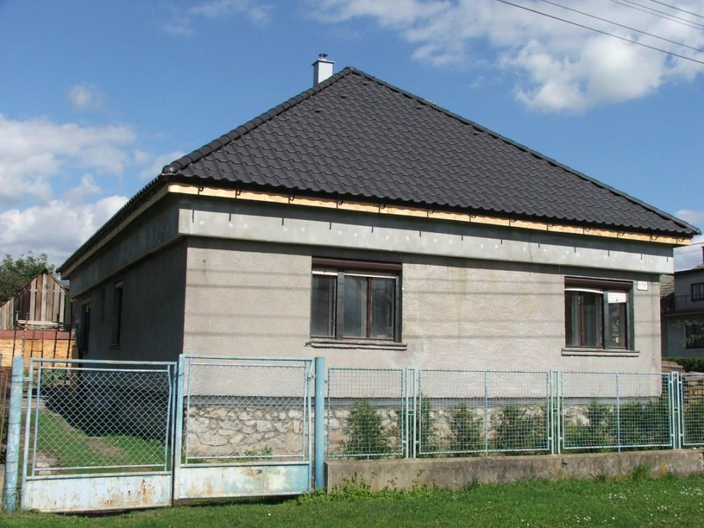 Dom so žltými dverami - zateplenie domu pod strechou