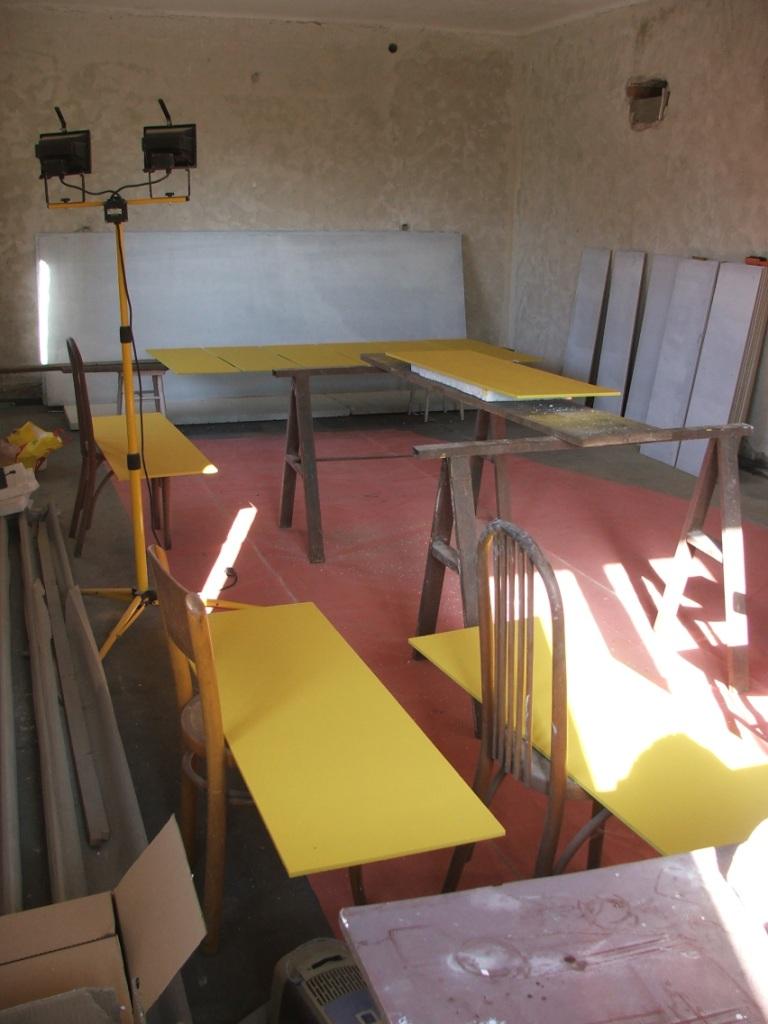 Dom so žltými dverami - natierame cetrisové dosky