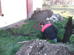 kopeme základy na novú garáž
