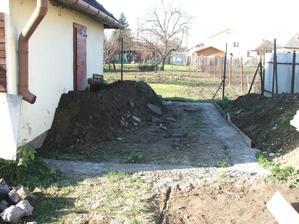 zabetónované základy na novú garáž