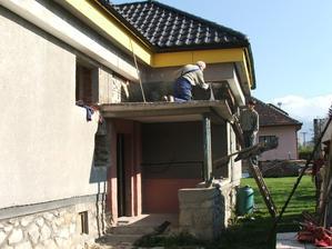 búranie pôvodného prístrešku nad vchodom