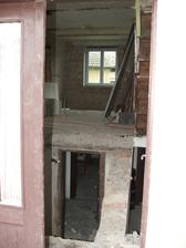zbúrané schody od hlavného vchodu
