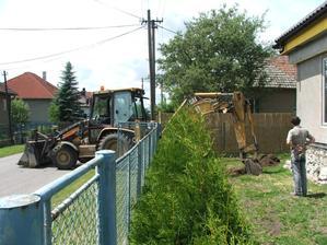 využívame bager aj na kopanie jám na trativody
