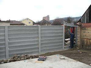montujeme betónový plot