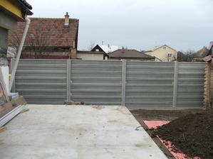 dokončený betónový plot