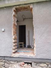 vybúraný otvor na bočný vchod