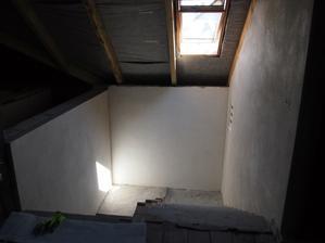 omietnuté steny okolo schodiska