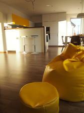 žltý sedací vak s podnožkou a tejto farby už hádam aj stačilo