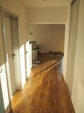 chodba do kuchyne s obývačkou