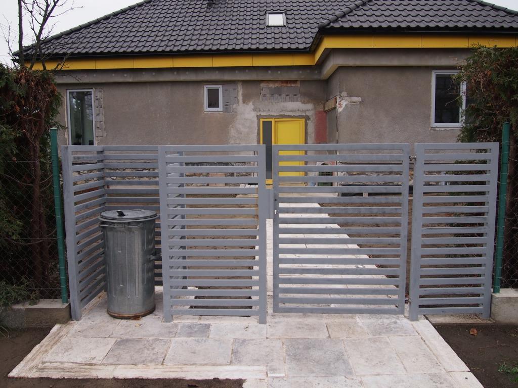 Dom so žltými dverami - bránička zatiaľ len v základnej farbe