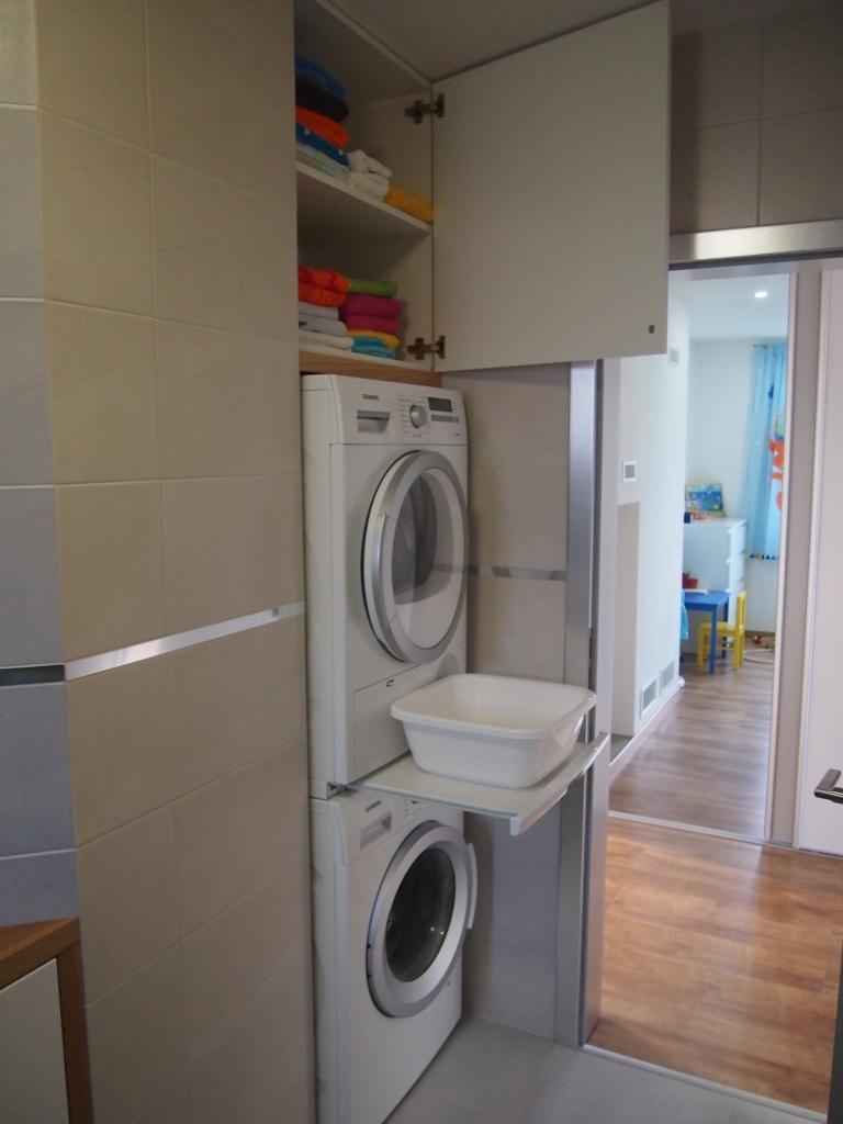 Dom so žltými dverami - práčka so sušičkou s vysúvacím spojovacím dielom