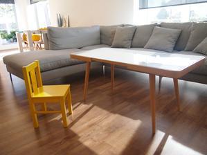 retro stolík na svojom mieste