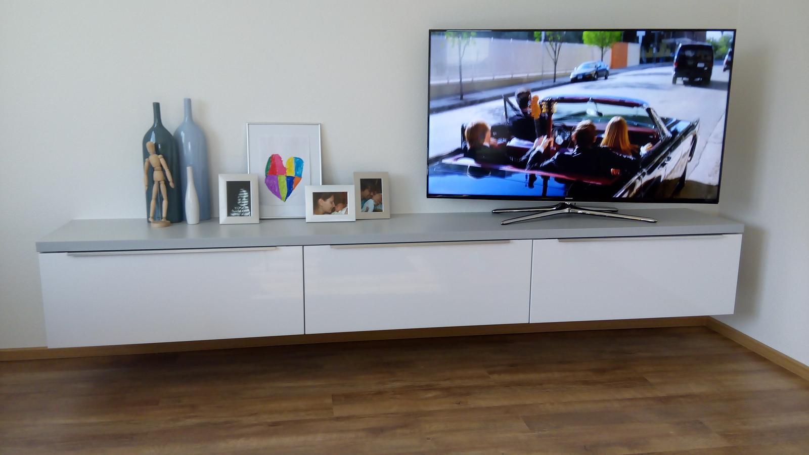 Dom so žltými dverami - nová skrinka na TV v obyvačke