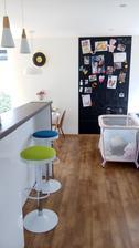 pohľad pri vstupe do kuchyne a obývačky - aby bolo vidieť, že v tomto dome žijú deti