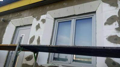špalety okolo dverí a okien sú zrezané do 45°uhla