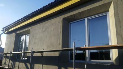 špalety okolo okien sú zrezané do 45°uhla kvôli lepšej svetelnosti v interiéri