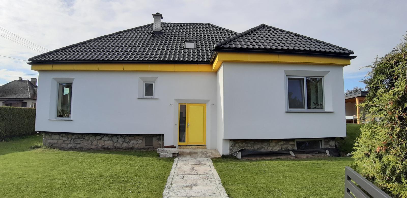 Dom so žltými dverami - dokončené podbitie strechy cetrisom
