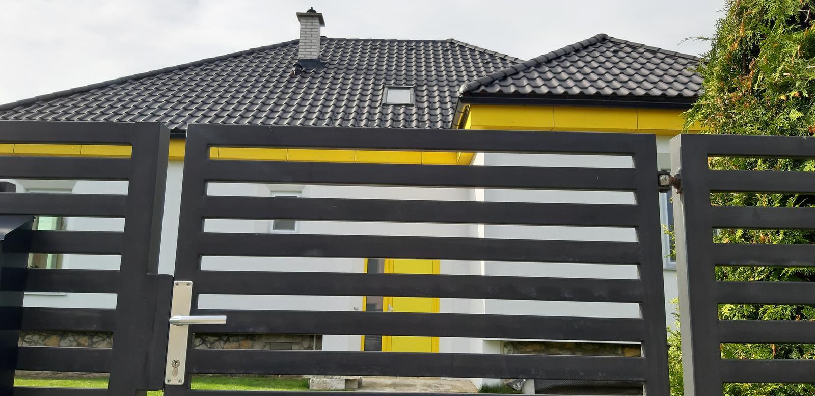 Dom so žltými dverami - ešte bez prístrešku nad vchodovými dverami