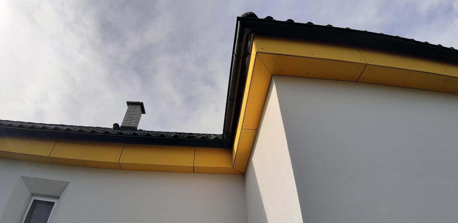 Dom so žltými dverami - dokončené pdbitie strechy cetrisom