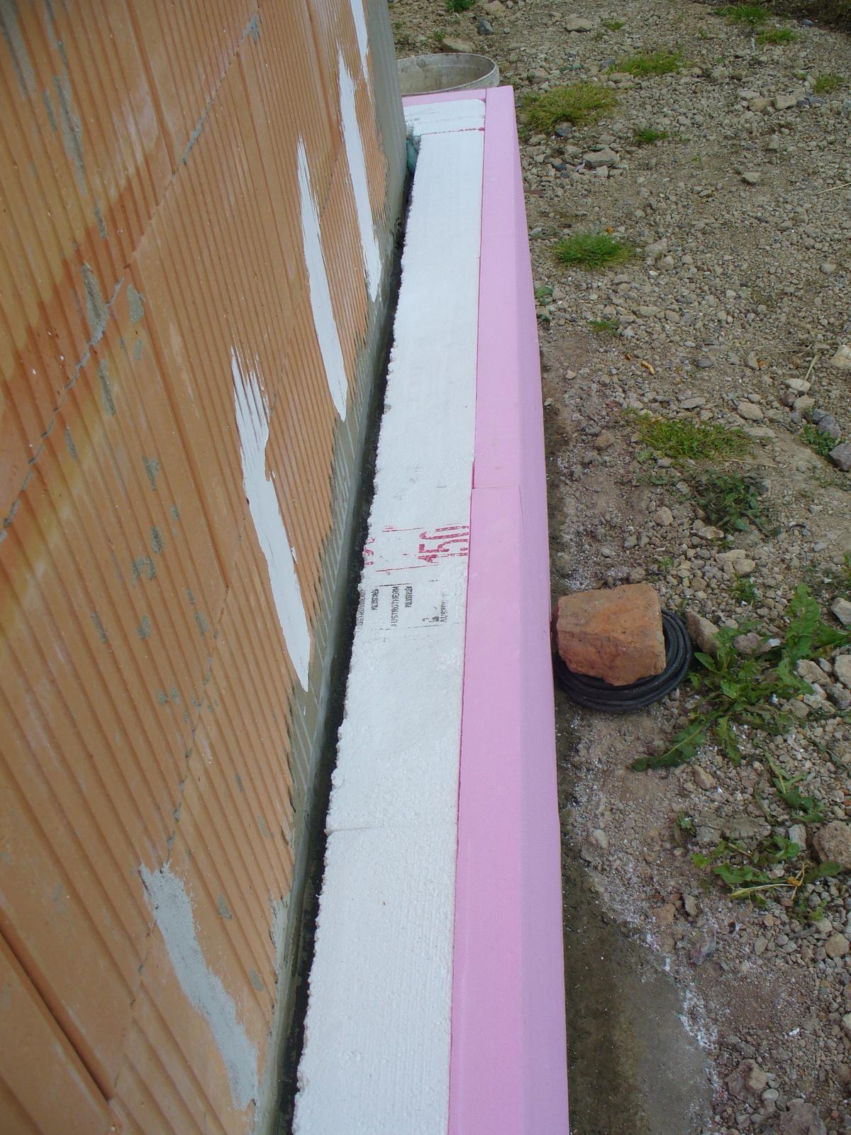 Náš domček na kopci :-D - sokel zateplený. 15 cm podlahového eps + 5cm xps.