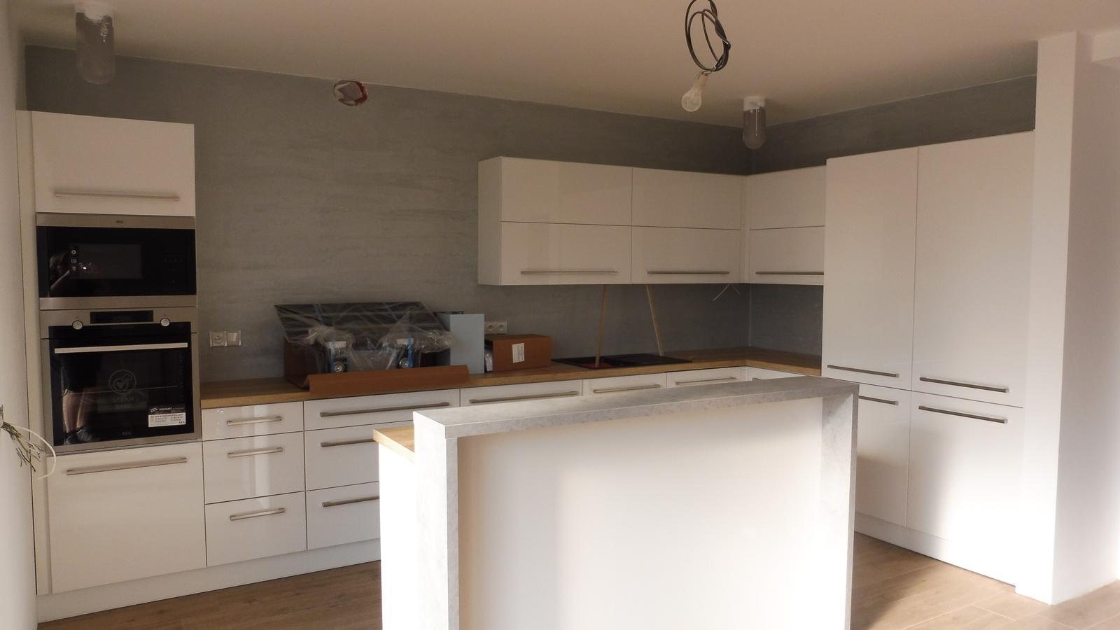 Kuchyně - Už jen pověsit digestoř a je téměř hotovo :)