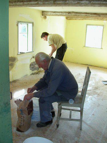*Naše chaloupka* - spravujeme omítku...dědeček pomáhá