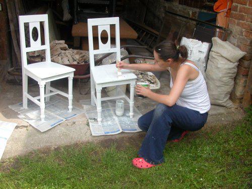 *Naše chaloupka* - renovuju nalezené stařičké židle...ještě udělají kus parády!