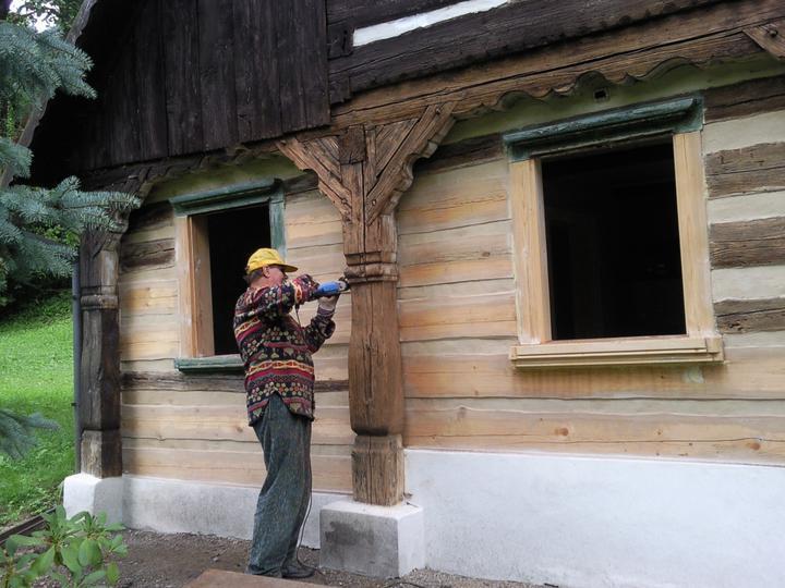 *Naše chaloupka* - broušení na původní barvu dřeva