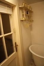 deail dveří - staré, opravené, natřené-----klika nálezová.