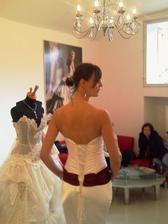 mamčina manžela však zajímal asi víc lustr než sukně:)