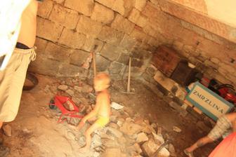 pouštíme se do opravy chléva...pracují všichni, co ruce maji! :)