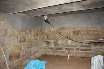 podlaha srovnaná, štuky očištěny a vyspárovány, strop nahozen....