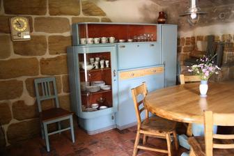 chlév hotov! slouží jako letní kuchyně......chladná společenská místnost