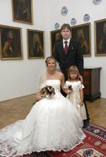 ještě před obřadem - nevěsta s ženichem a družičkou