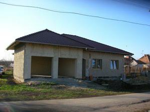 dom z lavej strany aj s hrubymo omietkami a oknami