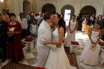 ...první novomanželský polibek...