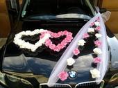 bielo-ružová výzdoba na auto,