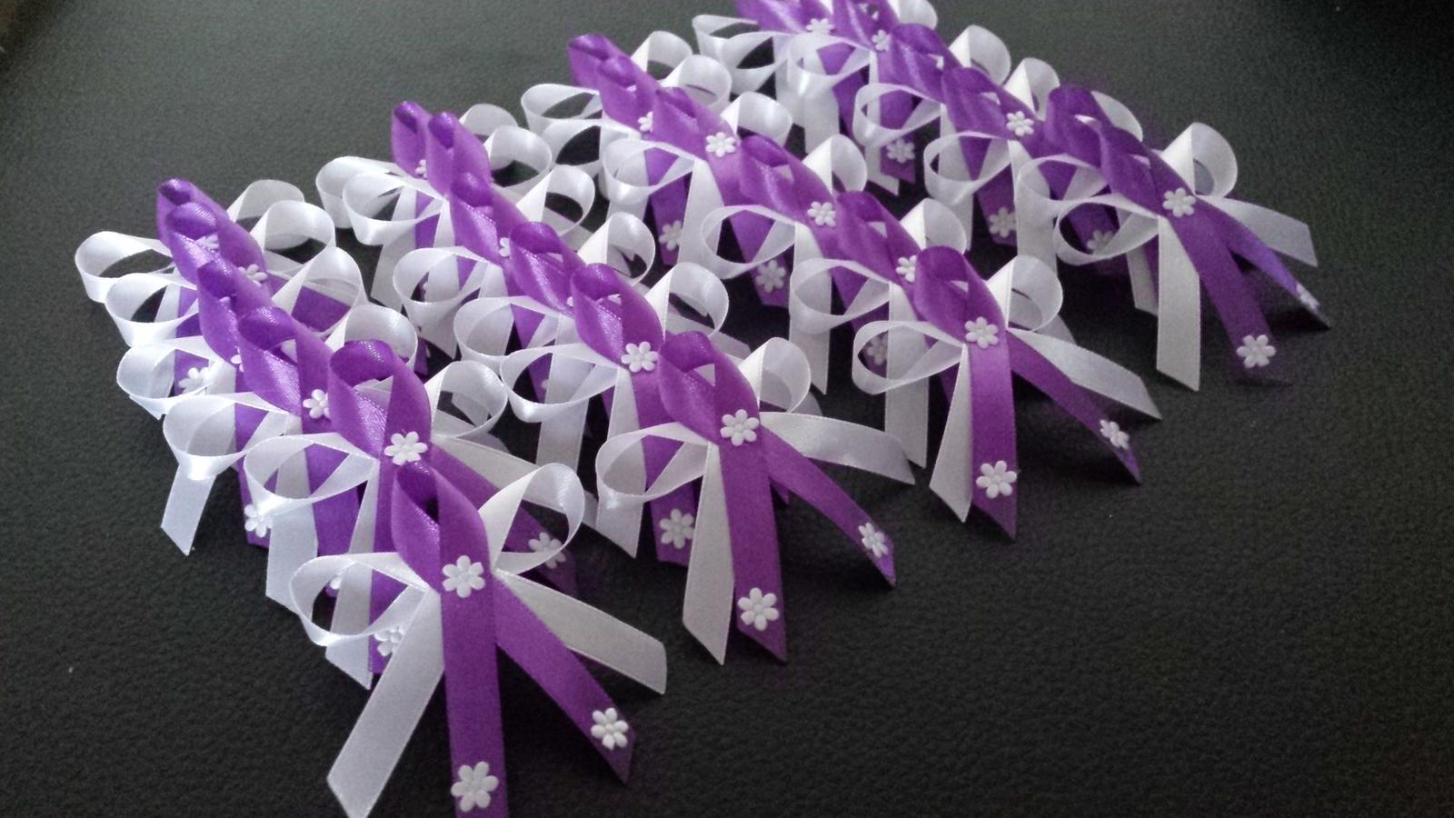 fialové svadobné pierka, jemné s kvietočkami - Obrázok č. 1