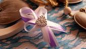 Svadobné pierko lila + biela zo srdiečkom,