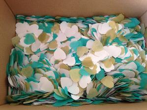 konfety do košíčků pro svatebčany místo rýže - už jenom asi milion srdíček:-D