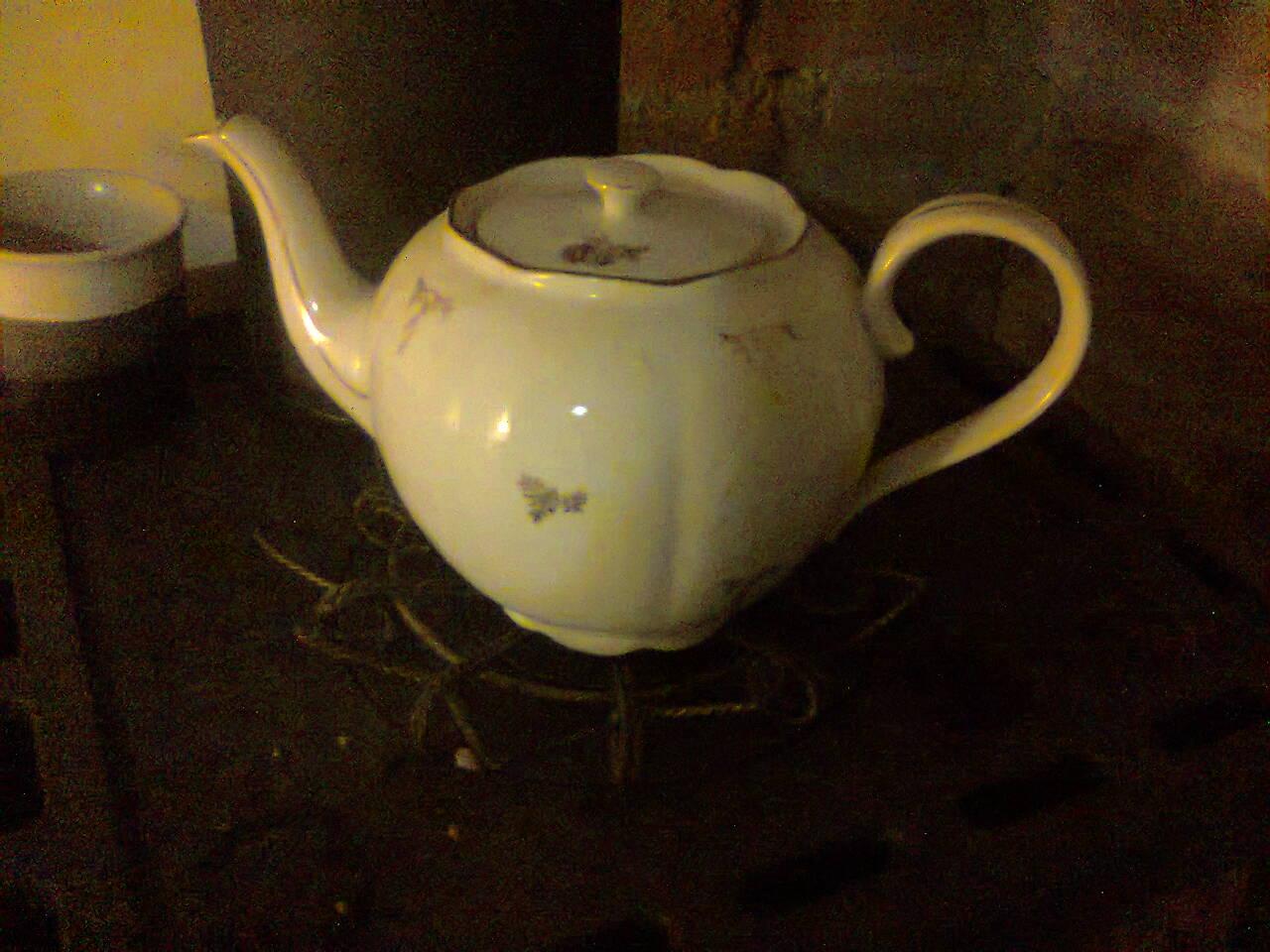 """Naša """"oddychovka"""" - Zachránený čajník- cicka čajník zhodila,odbila ucho, tak bude pekný kvetináč"""