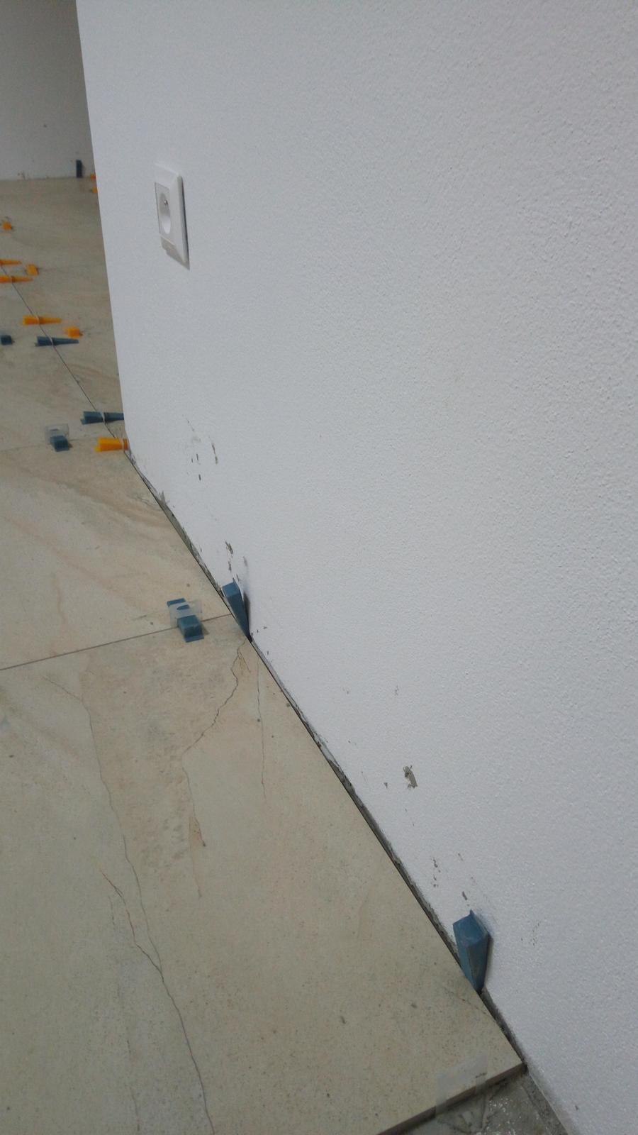Obklady sami - Začali sme od stredu a dostali sme sa presne k stene. Tu na rohu je veľa omietky preto sme natesno.