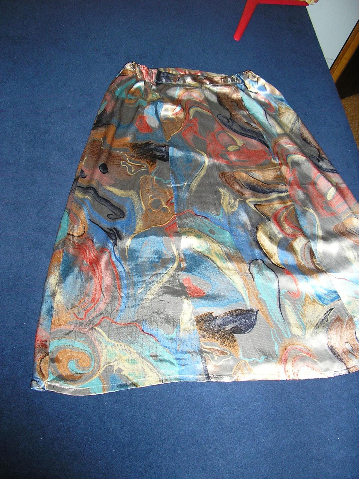 62 Saténová sukňa s moderným vzorom  - Obrázok č. 1