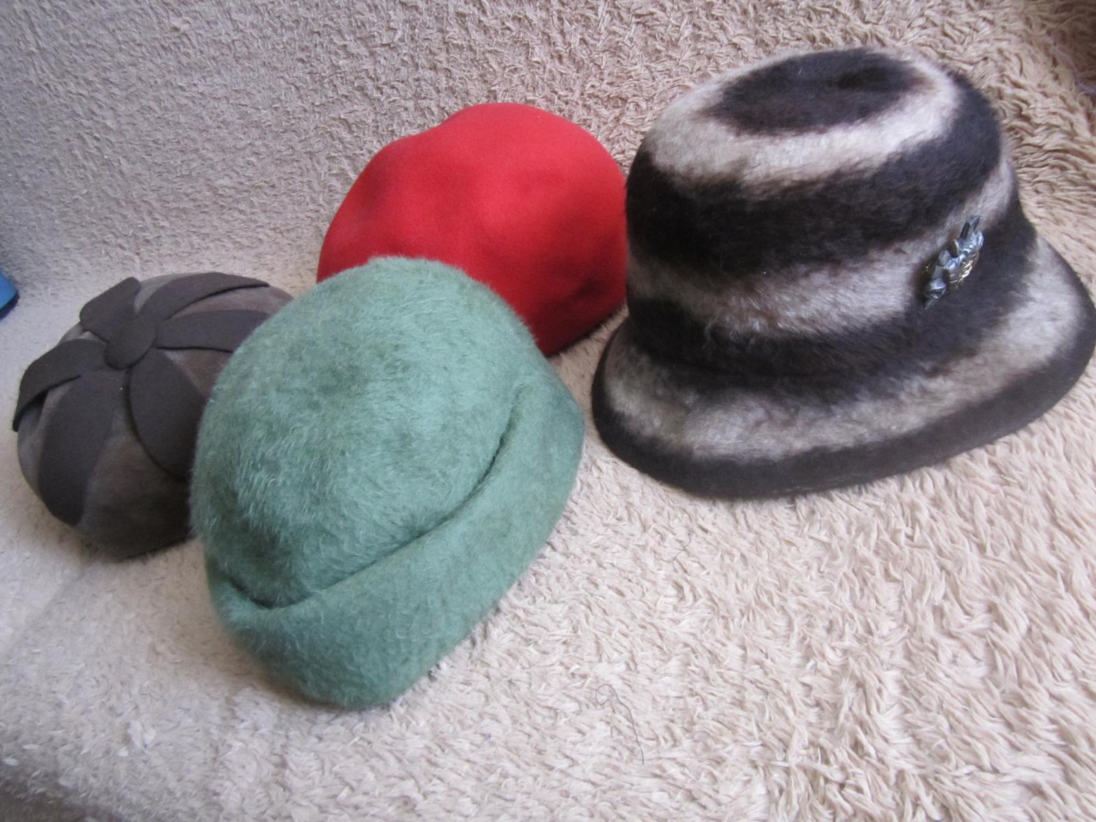 1608. 4 klobúky, baretky  - Obrázok č. 1