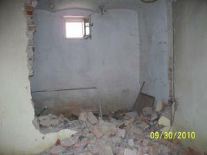 vyburavanie steny medzi kuchyňou a bývalou mini kúpelňou