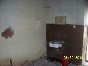 kuchyňa ešte s dverami a bez otvoru do obyvačky