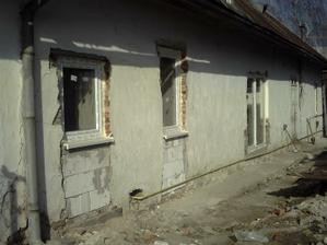 prvé okno kúpelňa, druhé kuchyňa a terasové dvere obývačka